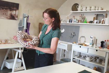 Showing Abbraccio in studio museo della ceramica